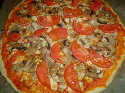 Pizza de atún y champiñones